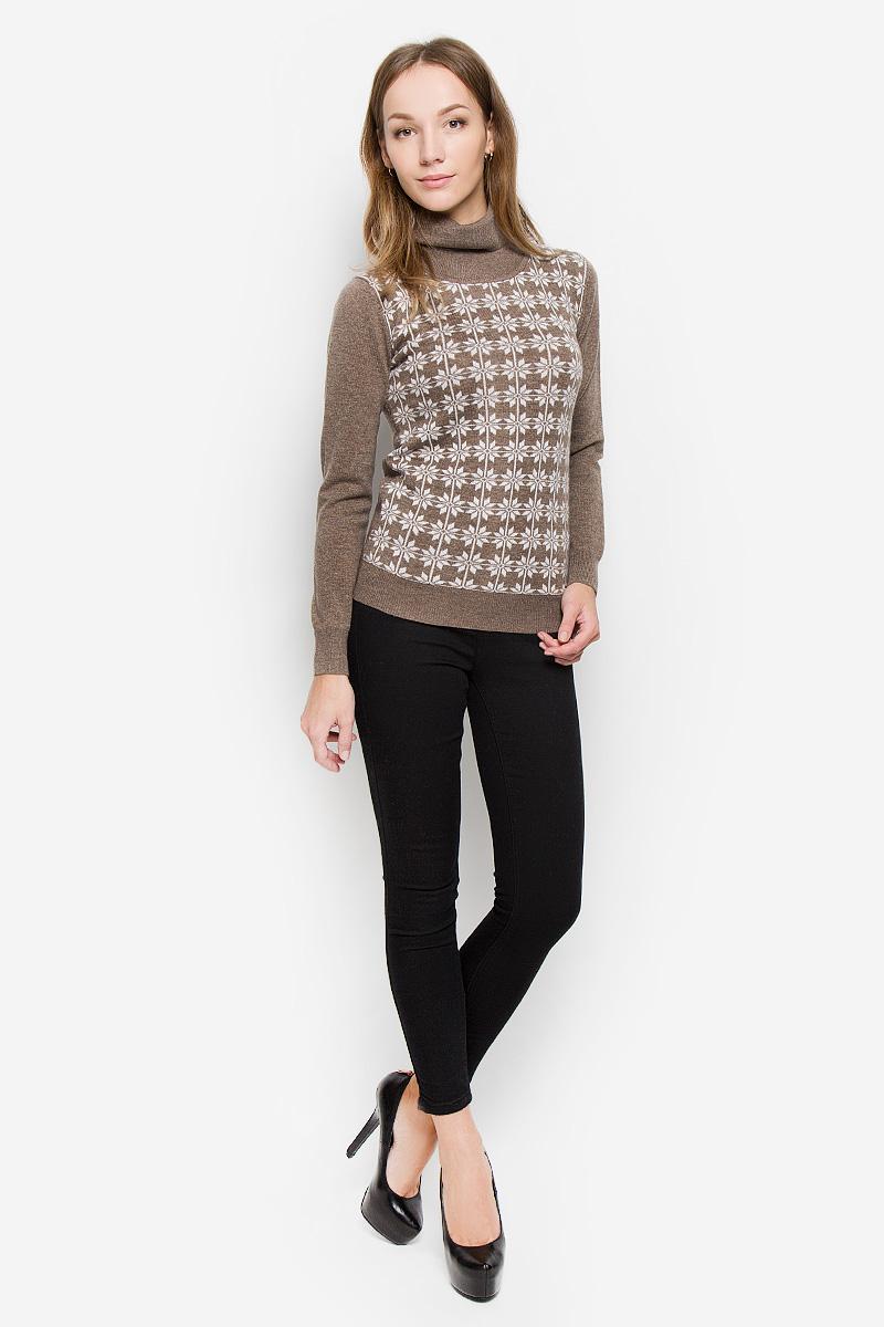 W16-12114_602Женский свитер Finn Flare выполнен из мягкой и теплой пряжи. Модель с воротником-гольф и длинными рукавами оформлена спереди вязаным рисунком. Воротник, манжеты и низ изделия связаны резинкой. Украшен свитер фирменной металлической пластиной.