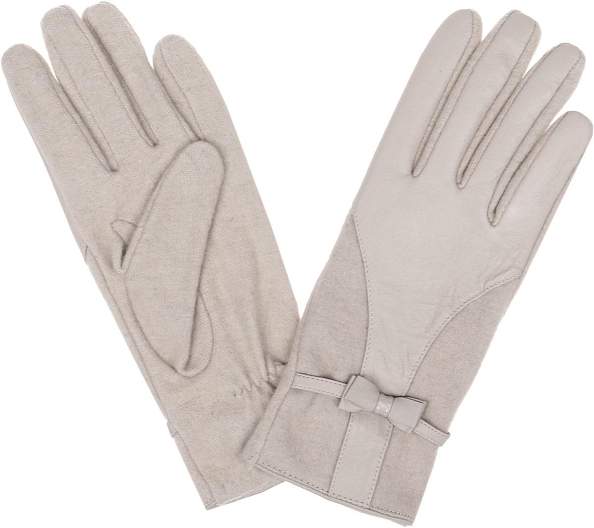 3.1-5 beigeСтильные женские перчатки Fabretti не только защитят ваши руки, но и станут великолепным украшением. Перчатки выполнены из натуральной кожи ягненка и высококачественной шерсти. Модель дополнена декоративным бантиком. Перчатки имеют строчки- стежки на запястье, которые придают большее удобство при носке. Стильный аксессуар для повседневного образа.