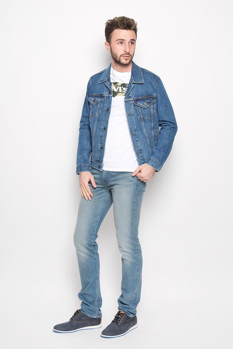 Куртка7233401300Мужская джинсовая куртка Levis® изготовлена из натурального хлопка. Материал изделия приятный на ощупь, не стесняет движений и позволяет коже дышать, обеспечивая комфорт. Модель с отложным воротником и длинными рукавами застегивается на металлические пуговицы. На груди куртка дополнена двумя накладными карманами с клапанами на пуговицах. Также спереди расположены два открытых прорезных кармана. Низ рукавов дополнен манжетами на пуговицах. Изделие оформлено эффектом состаривания денима и контрастной отстрочкой.