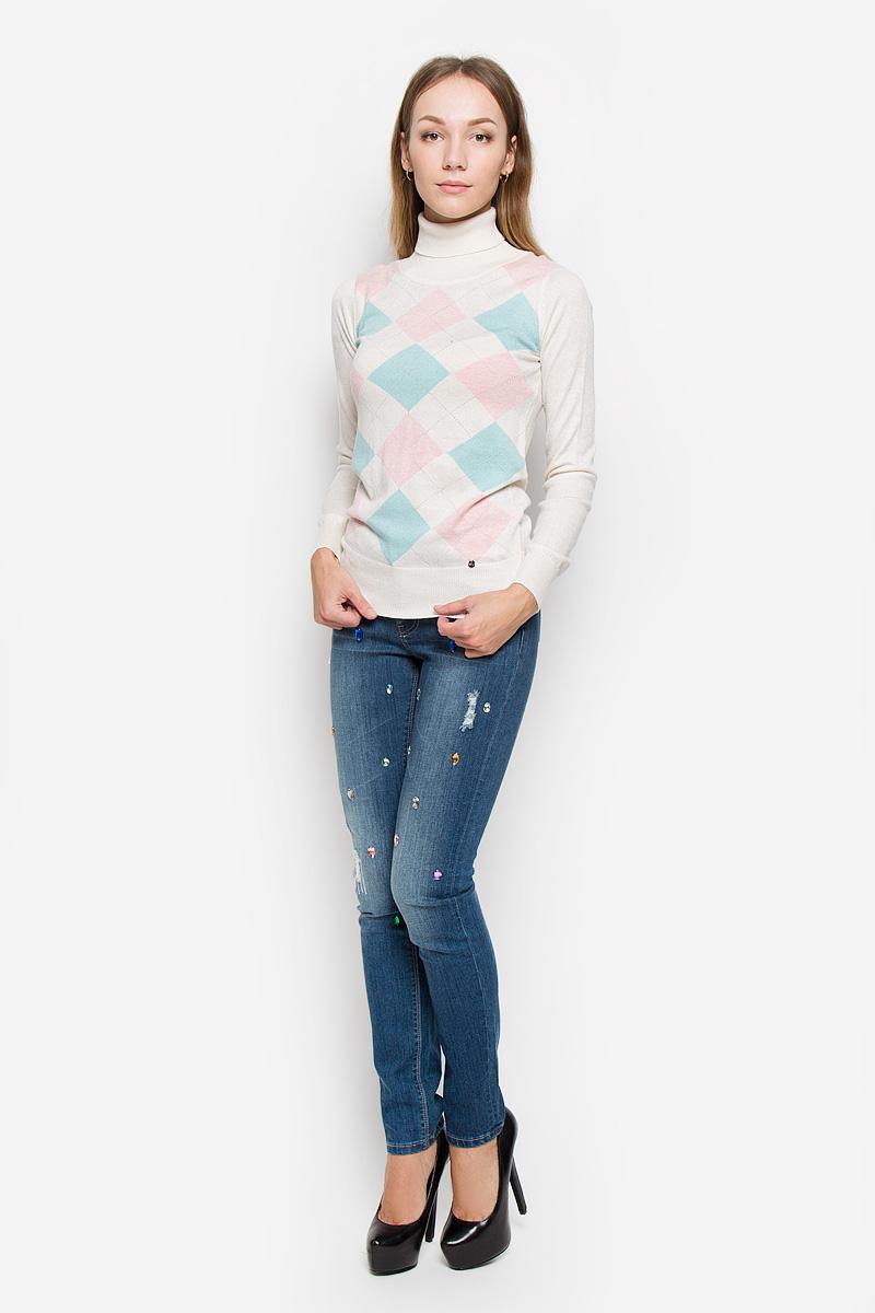 W16-11102_711Женский свитер Finn Flare выполнен из мягкой и теплой пряжи сложного состава. Модель с воротником-гольф и длинными рукавами оформлена спереди вязаным геометрическим рисунком. Воротник, манжеты и низ изделия связаны резинкой. Украшен свитер фирменной металлической пластиной.