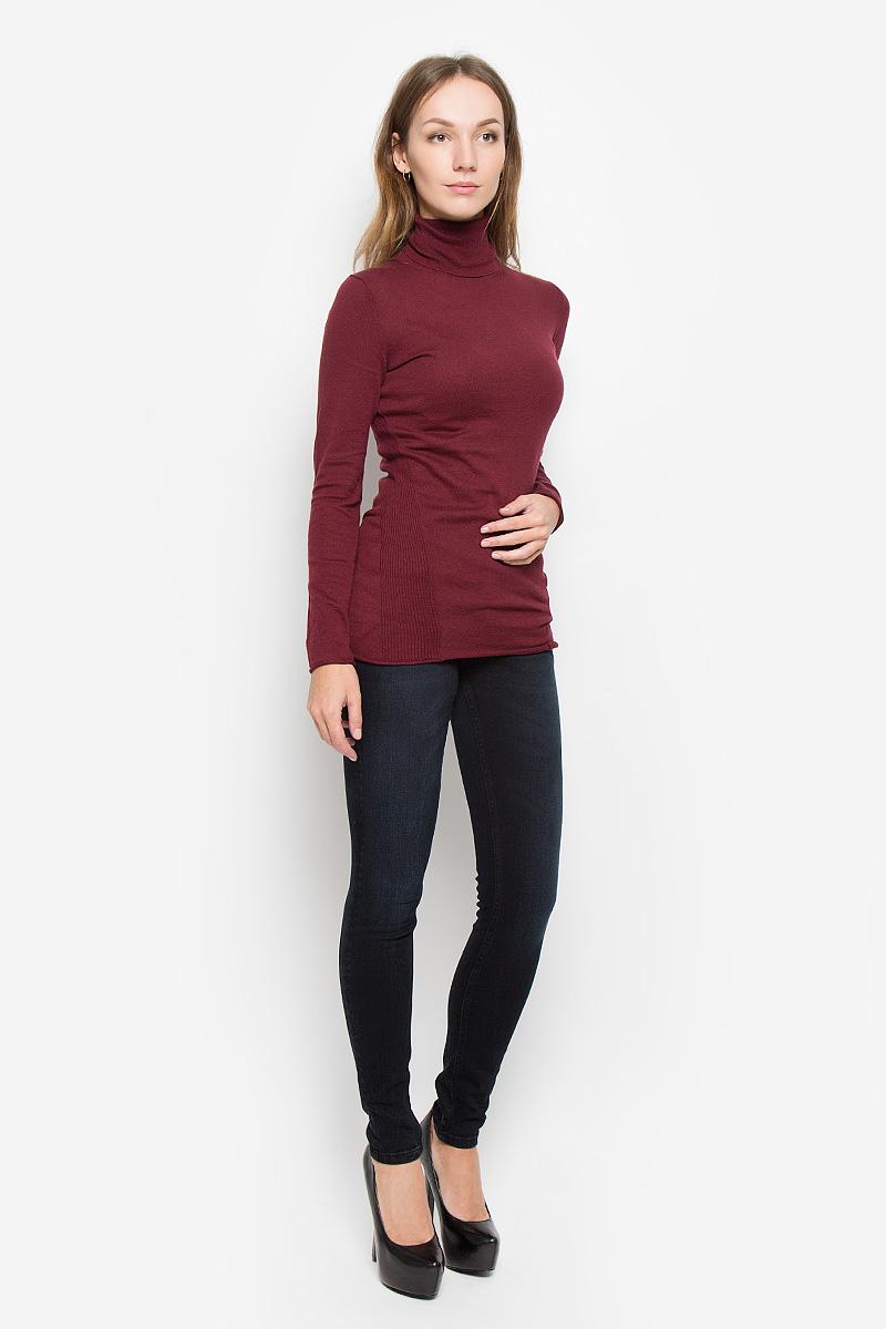 J20J200829_965Женская водолазка Calvin Klein Jeans выполнена из натурального хлопка. Водолазка с воротником-гольф и длинными рукавами украшена вышитым логотипом бренда и фирменной металлической пластиной. Рукава и низ изделия имеют закрученные края.