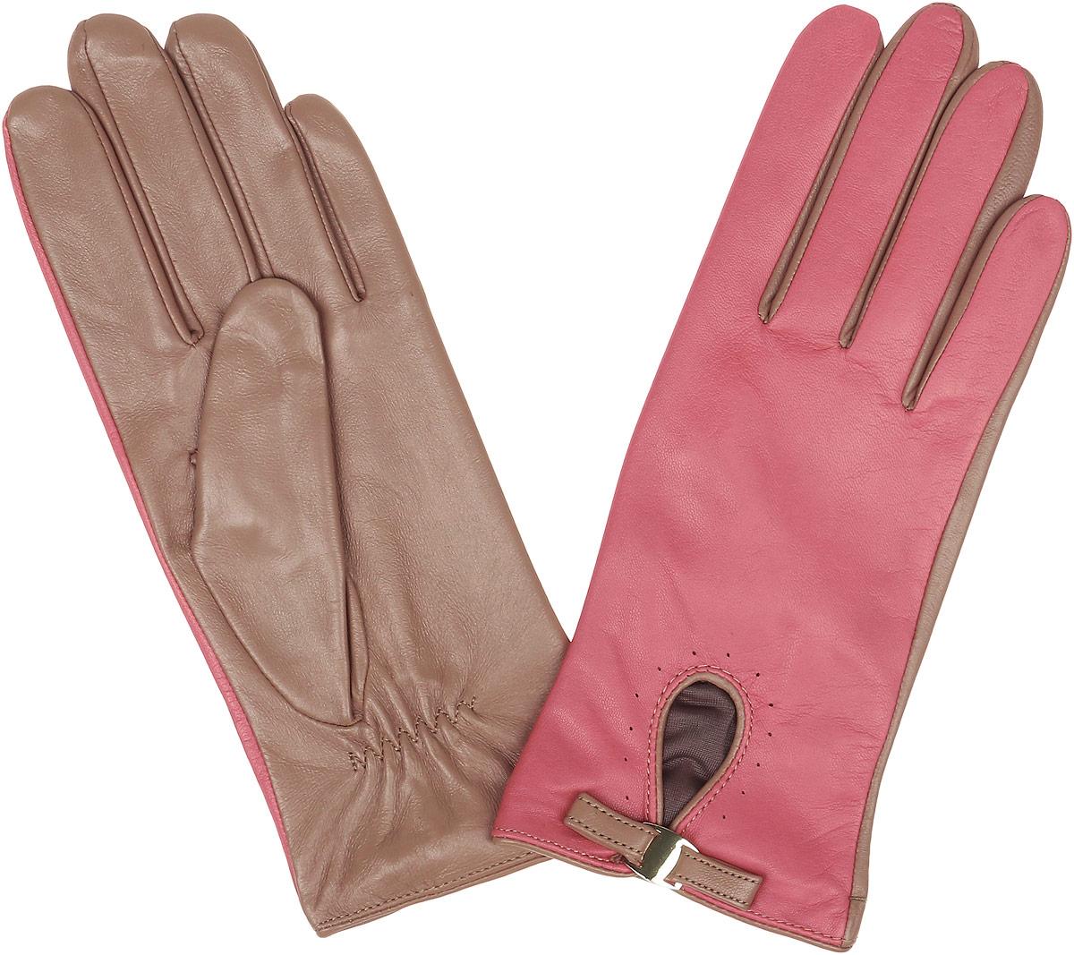 Перчатки12.23-15s light greenСтильные женские перчатки Fabretti не только защитят ваши руки, но и станут великолепным украшением. Перчатки выполнены из натуральной кожи ягненка, а их подкладка - из высококачественного шелка. Модель дополнена небольшой прорезью, оформленной металлической пластиной и кожаным хлястиком. Строчки-стежки на запястье придают перчаткам динамичное настроение. Стильный аксессуар для повседневного образа.