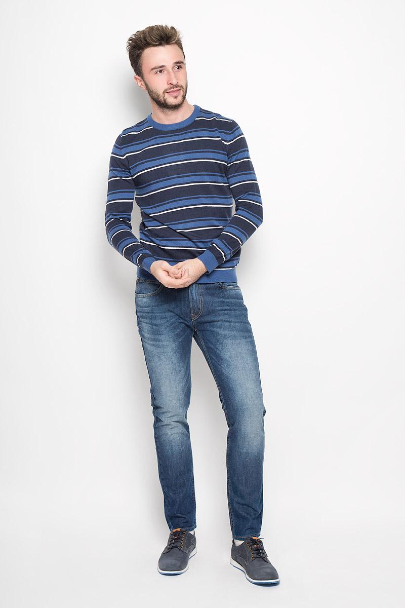W16-21110_205Мужской джемпер Finn Flare выполнен из акрила, нейлона и шерсти. Джемпер с круглым вырезом горловины и длинными рукавами оформлен полосками. Вырез горловины, манжеты и низ изделия связаны резинкой. Модель украшена фирменной металлической пластиной.