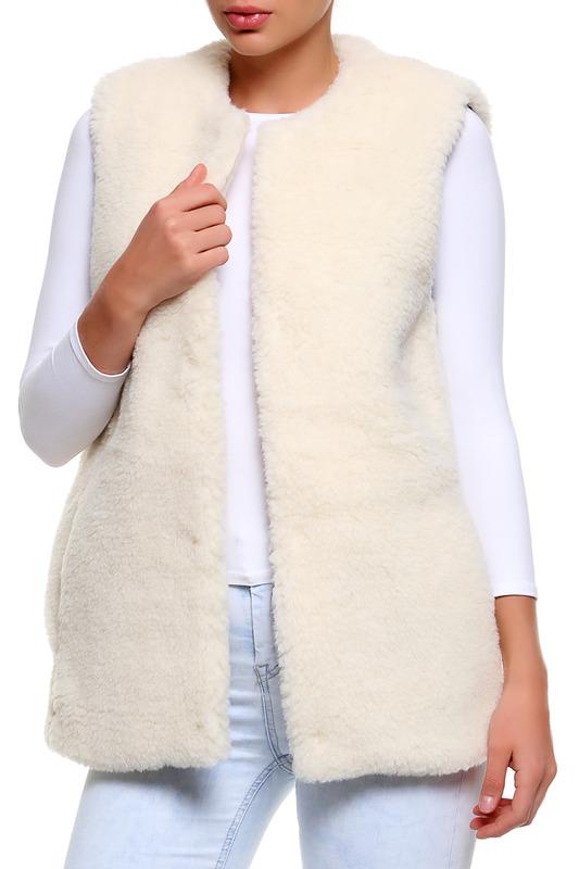 020146-0102Женский укороченный жилет Holty Софья выполнен из натуральной овечьей шерсти, с подкладкой из 100% хлопка. Модель свободного кроя с круглым вырезом горловины.