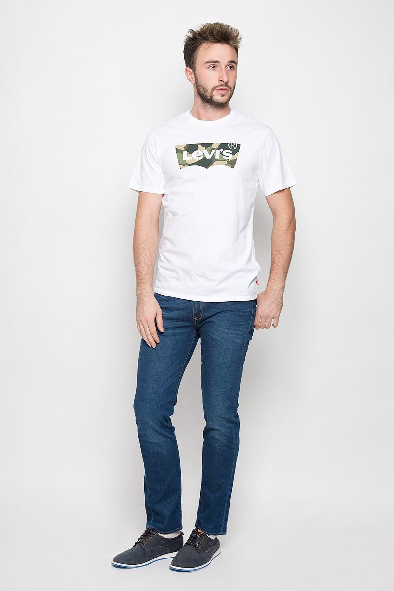 Джинсы451120060Мужские джинсы Levis® 511 изготовлены из эластичного денима. Джинсы-слим с заниженной линией талии застегиваются спереди на молнию и пуговицу. На поясе предусмотрены шлевки для ремня. Модель имеет классический пятикарманный крой: спереди - два втачных кармана и один маленький накладной, а сзади - два накладных кармана. Джинсы оформлены легким эффектом потертости и перманентными складками.