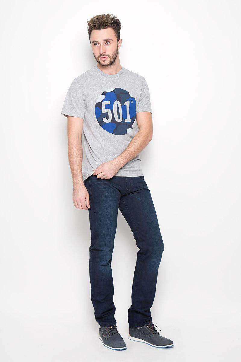 Джинсы2999005360Мужские джинсы Levis® 504, выполненные из качественного хлопка, станут отличным дополнением к вашему гардеробу. Джинсы прямого кроя дополнены фирменной застежкой-молнией и пуговицей. На поясе предусмотрены шлевки для ремня. Модель имеет классический пятикарманный крой: спереди - два втачных кармана и один маленький накладной, а сзади - два накладных кармана. Изделие оформлено легким эффектом искусственного состаривания денима: перманентными складками. Сзади на поясе джинсы украшены фирменной нашивкой с названием бренда.