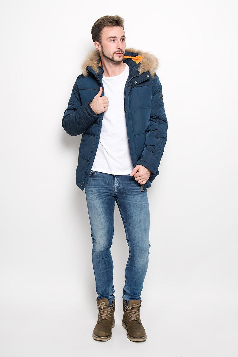 A16-22018_101Стильная мужская куртка Finn Flare превосходно подойдет для прохладных дней. Куртка выполнена из полиэстера, она отлично защищает от дождя, снега и ветра, а наполнитель из пуха и пера превосходно сохраняет тепло. Модель с длинными рукавами и несъемным капюшоном застегивается на застежку-молнию спереди и имеет ветрозащитный клапан на кнопках. Объем капюшона регулируется при помощи шнурка-кулиски со стопперами. Изделие дополнено двумя втачными карманами на кнопках и карманом на застежке-молнии спереди, а также внутренним накладным карманом на липучке, втачным открытым карманом и втачным карманом на молнии. Рукава дополнены внутренними трикотажными манжетами. На талии и по низу куртка оснащена шнурками-кулисками со стопперами. Эта модная и в то же время комфортная куртка согреет вас в холодное время года и отлично подойдет как для прогулок, так и для активного отдыха.