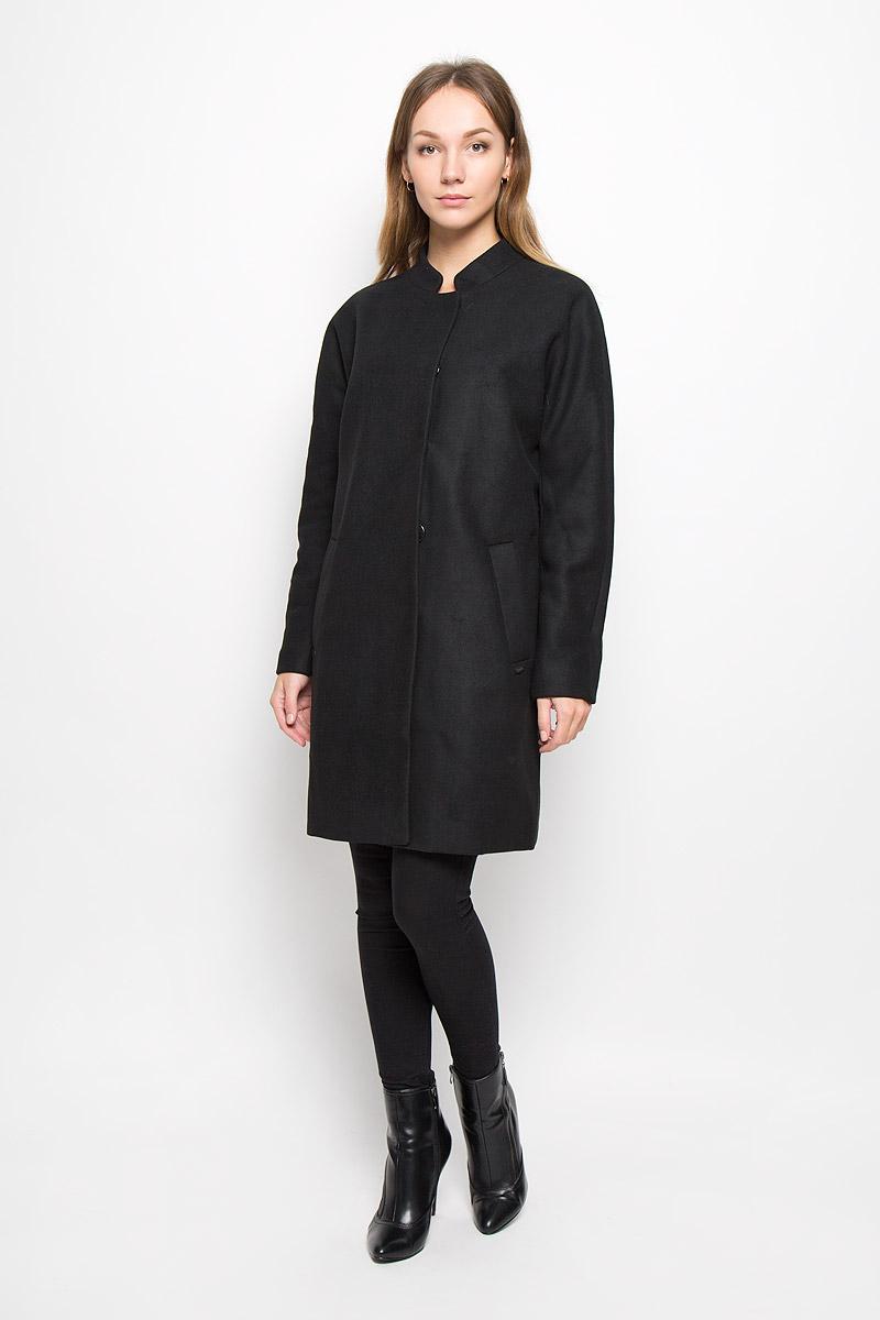 3820962.00.71_2999Стильное женское пальто Tom Tailor Denim выполнено из полиэстера с добавлением шерсти. Подкладка изготовлена из гладкой ткани. Модель с воротником-стойкой и длинными рукавами застегивается на кнопки. Спереди расположены два втачных кармана. Пальто украшено фирменной пластиной.