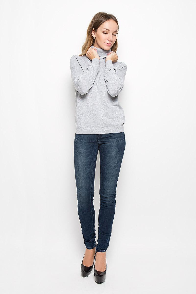 Свитер3021377.09.71_2220Женский свитер Tom Tailor Denim изготовлен из хлопка и вискозы. Модель имеет воротник-гольф и длинные рукава. Манжеты и низ свитера связаны резинкой. Изделие дополнено фирменной пластиной.