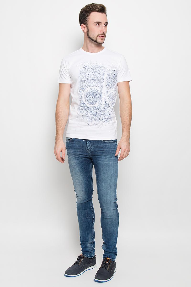 Футболка919Стильная мужская футболка Calvin Klein Jeans, выполненная из натурального хлопка с добавлением эластана, обладает высокой теплопроводностью, воздухопроницаемостью и гигроскопичностью. Модель с короткими рукавами и круглым вырезом горловины - идеальный вариант для создания модного современного образа. Футболка оформлена крупным контрастным принтом с логотипом Calvin Klein.