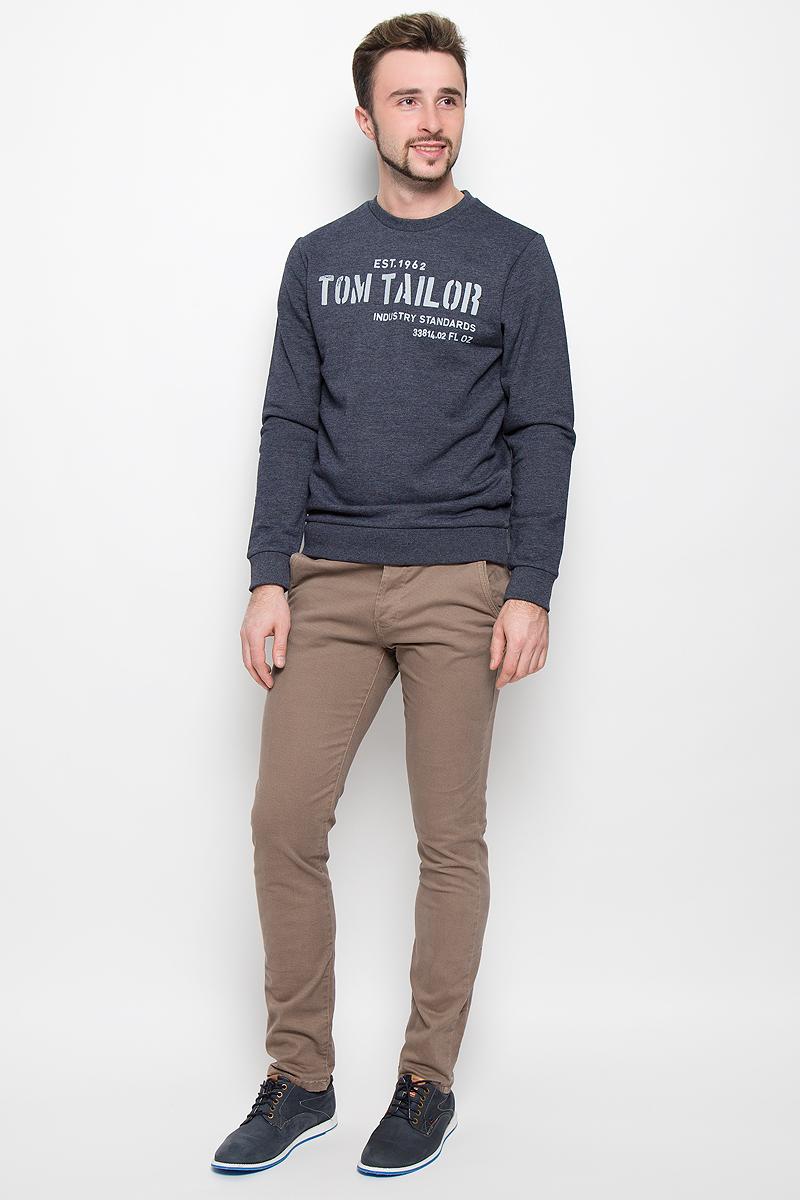 Брюки6404678.62.12_8281Стильные мужские брюки Tom Tailor Denim Chino средней посадки и модели-слим изготовлены из хлопка с добавлением эластана. Брюки застегиваются на пластиковую пуговицу в поясе и ширинку на пуговицах, имеются шлевки для ремня. Спереди модель дополнена двумя втачными карманами со скошенными краями, а сзади - двумя прорезными карманами на пуговицах. Брюки дополнены стильным ремнем контрастного цвета.