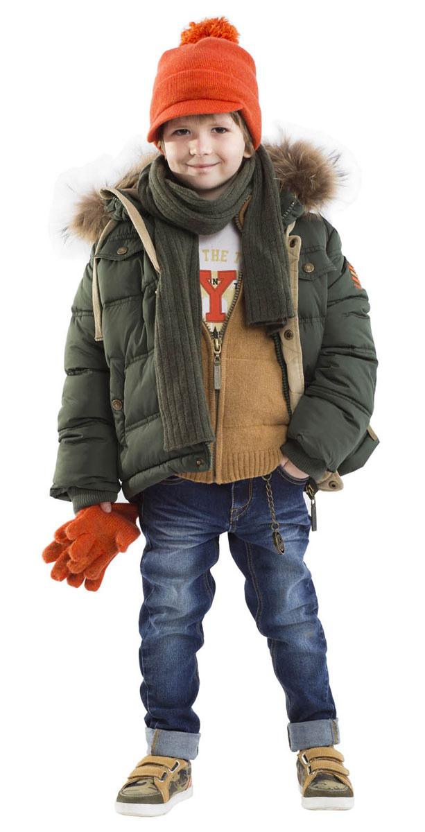 Куртка21604BMC4104Купить куртку! - именно такую задачу ставят перед собой мамы мальчиков, отправляясь на шоппинг. И действительно, в преддверии осенней промозглости и зимних холодов, уютная куртка с капюшоном становится главным атрибутом гардероба ребенка. Модная куртка цвета хаки на искусственном пуху - прекрасный вариант для прогулок в холодные дни. Детская куртка из благородной матовой плащевки выглядит стильно, а также обладает всей необходимой защитой от продувания. Ярким цветовым акцентом модели является сочная подкладка из флиса. Она не только создает отличное настроение, но и служит дополнительным теплым слоем. В отделке куртки контрастные детали из микровельвета, брендированная фурнитура, фирменный шеврон, натуральный мех енота.