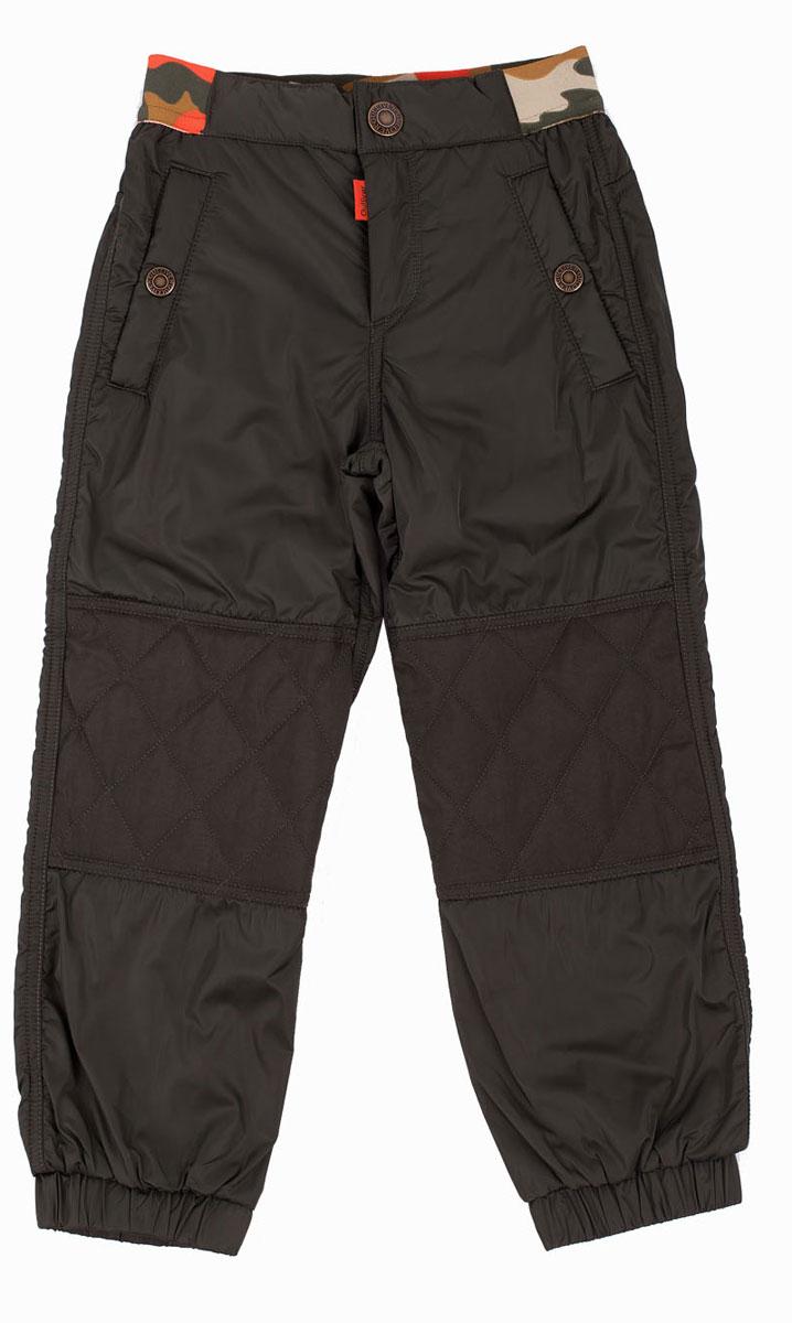 Брюки утепленные21604BMC6403Утепленные брюки - это возможность быть активным в любую погоду! Тонкий флис на внутренней части модели не создает ненужного объема, сохраняя актуальную форму, но делает плащевые брюки теплыми и уютными. Несмотря на то, что основное предназначение этих брюк - функциональность, эти брюки на флисе едва ли можно назвать простыми. Стеганые наколенники, крупная брендированная фурнитура, яркая резинка с принтом в стиле милитарипридают модели индивидуальные черты. Купить теплые брюки из плащевки на подкладке из флиса с трикотажной резинкой на поясе, значит, обеспечить ребенку комфорт во время длительных прогулок в холодный и ненастный день.