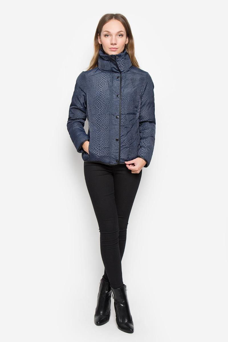 Куртка7117130108Женская куртка Calvin Klein Jeansс длинными рукавами и воротником-стойкой выполнена из прочного полиэстера с добавлением нейлона. Наполнитель - синтепон. Куртка застегивается на застежку-молнию спереди и имеет ветрозащитный клапан на кнопках. Манжеты рукавов дополнены хлястиками на липучках. Изделие дополнено двумя втачными карманами на молниях спереди. Куртка украшена оригинальным принтом.