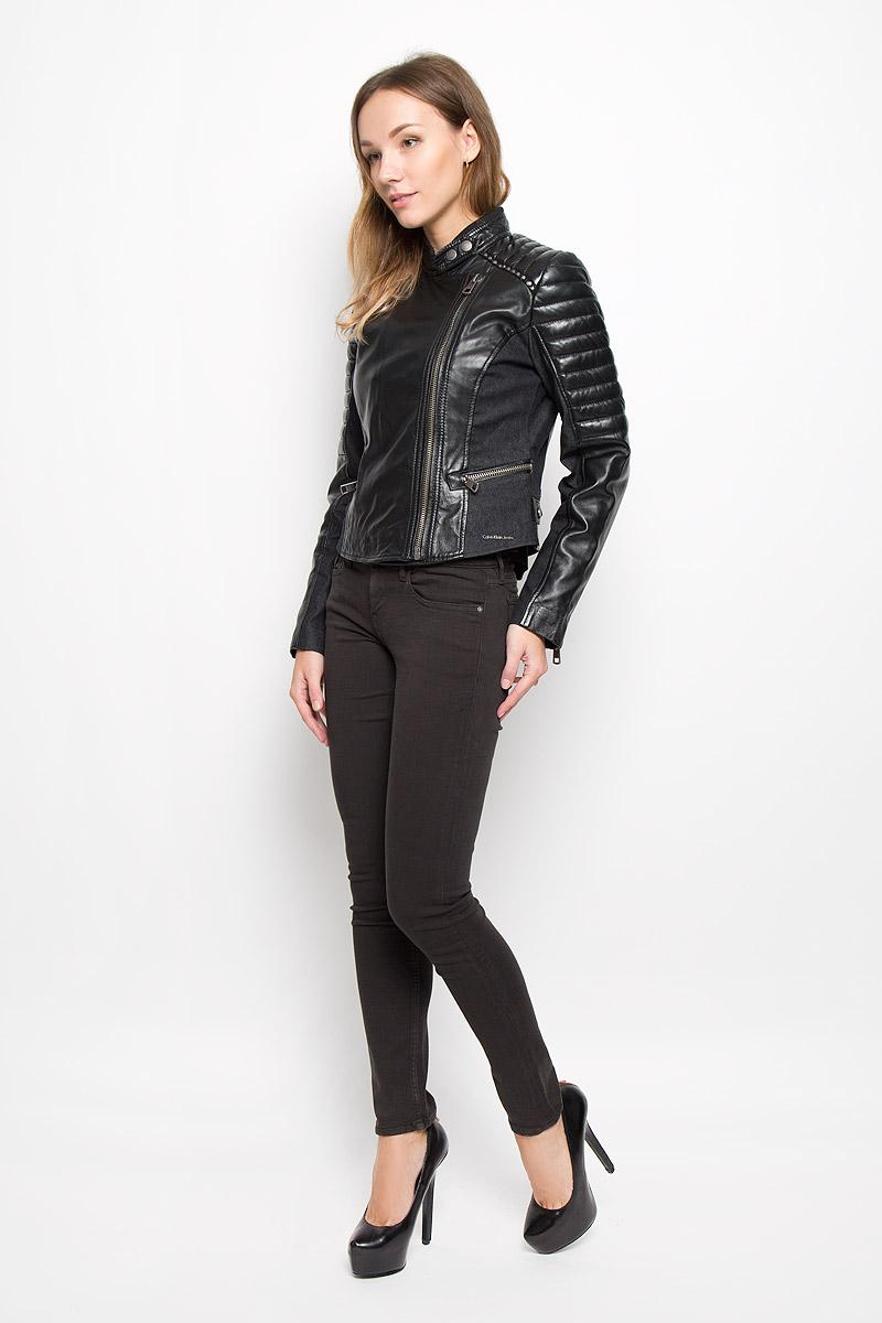 КурткаQS5548E_001Стильная женская куртка Calvin Klein Jeans, изготовленная из натуральной кожи, дополнена вставками из хлопка с добавлением полиэстера и эластана. Подкладка и наполнитель из высококачественного полиэстера. Куртка с воротником-стойкой застегивается на асимметричную металлическую застежку-молнию по левому краю. Воротник оснащен хлястиком с металлическими кнопками. Спереди имеются два прорезных кармашка на застежках-молниях. Куртка оформлена металлическими заклепками. Нижняя часть рукавов оформлена застежками-молниями. По бокам расположены хлястики на застежках-кнопках.