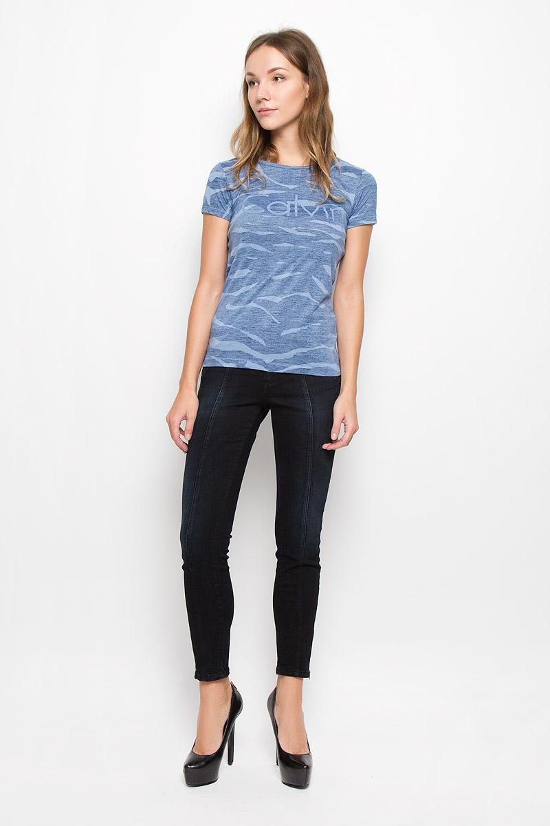 ФутболкаQS5548E_001Женская футболка Calvin Klein Jeans изготовлена из хлопка и полиэстера. Футболка с круглым вырезом горловины и короткими рукавами оформлена надписью. Изделие имеет приталенный силуэт.