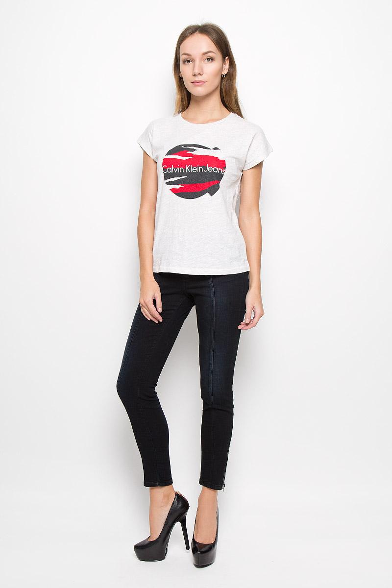 ФутболкаJR-114/425-6485Женская футболка Calvin Klein Jeans изготовлена из натурального хлопка. Футболка с круглым вырезом горловины и короткими рукавами оформлена принтом с надписью. Спинка модели удлинена.