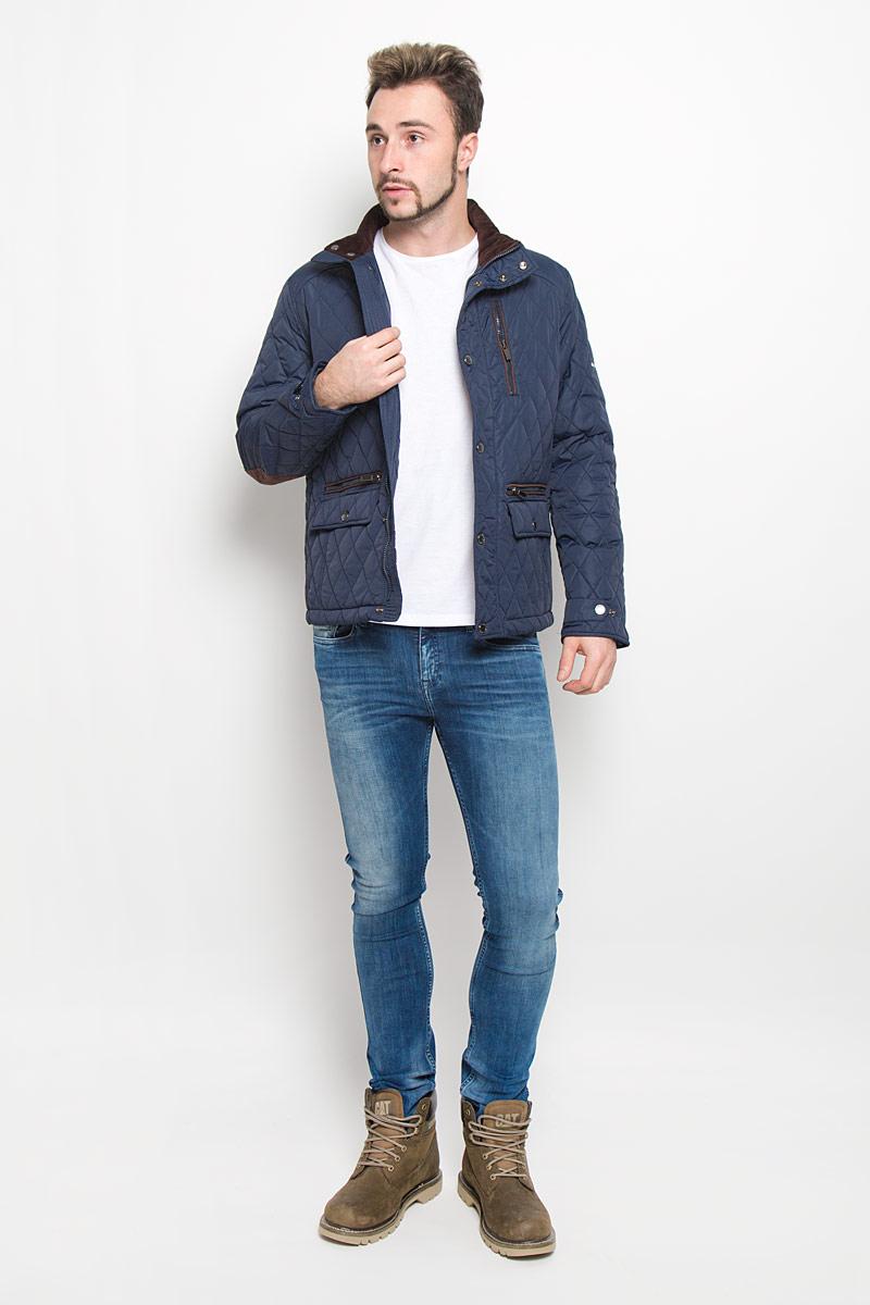 КурткаB536514_DEEP NAVYСтеганная мужская куртка Baon изготовлена из высококачественного полиамида. В качестве утеплителя используется полиэстер. Куртка с воротником-стойкой застегивается на застежку-молнию и дополнительно на ветрозащитный клапан с кнопками. Спереди имеются два прорезных кармана с застежками-молниями и два прорезных кармана с клапанами на кнопках, на груди - прорезной карман на застежке-молнии, с внутренней стороны - два прорезных кармана с застежками-молниями. Манжеты рукавов оснащены хлястиками на кнопках.