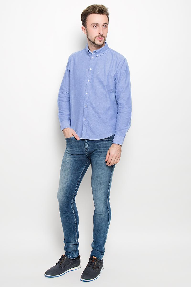 РубашкаB676526_WHITEСтильная мужская рубашка Baon, выполненная из натурального хлопка, обладает высокой теплопроводностью, воздухопроницаемостью и гигроскопичностью, позволяет коже дышать, тем самым обеспечивая наибольший комфорт при носке даже самым жарким летом. Модель с длинными рукавами, отложным воротником и полукруглым низом застегивается на пуговицы. Манжеты также застегиваются на пуговицы. Внизу планки с пуговицами расположена скрытая нашивка с логотипом бренда.