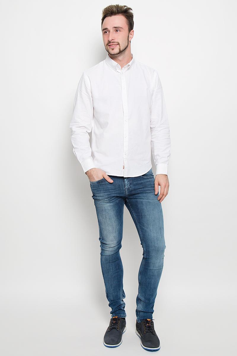 B676526_WHITEСтильная мужская рубашка Baon, выполненная из натурального хлопка, обладает высокой теплопроводностью, воздухопроницаемостью и гигроскопичностью, позволяет коже дышать, тем самым обеспечивая наибольший комфорт при носке даже самым жарким летом. Модель с длинными рукавами, отложным воротником и полукруглым низом застегивается на пуговицы. Манжеты также застегиваются на пуговицы. Внизу планки с пуговицами расположена скрытая нашивка с логотипом бренда.