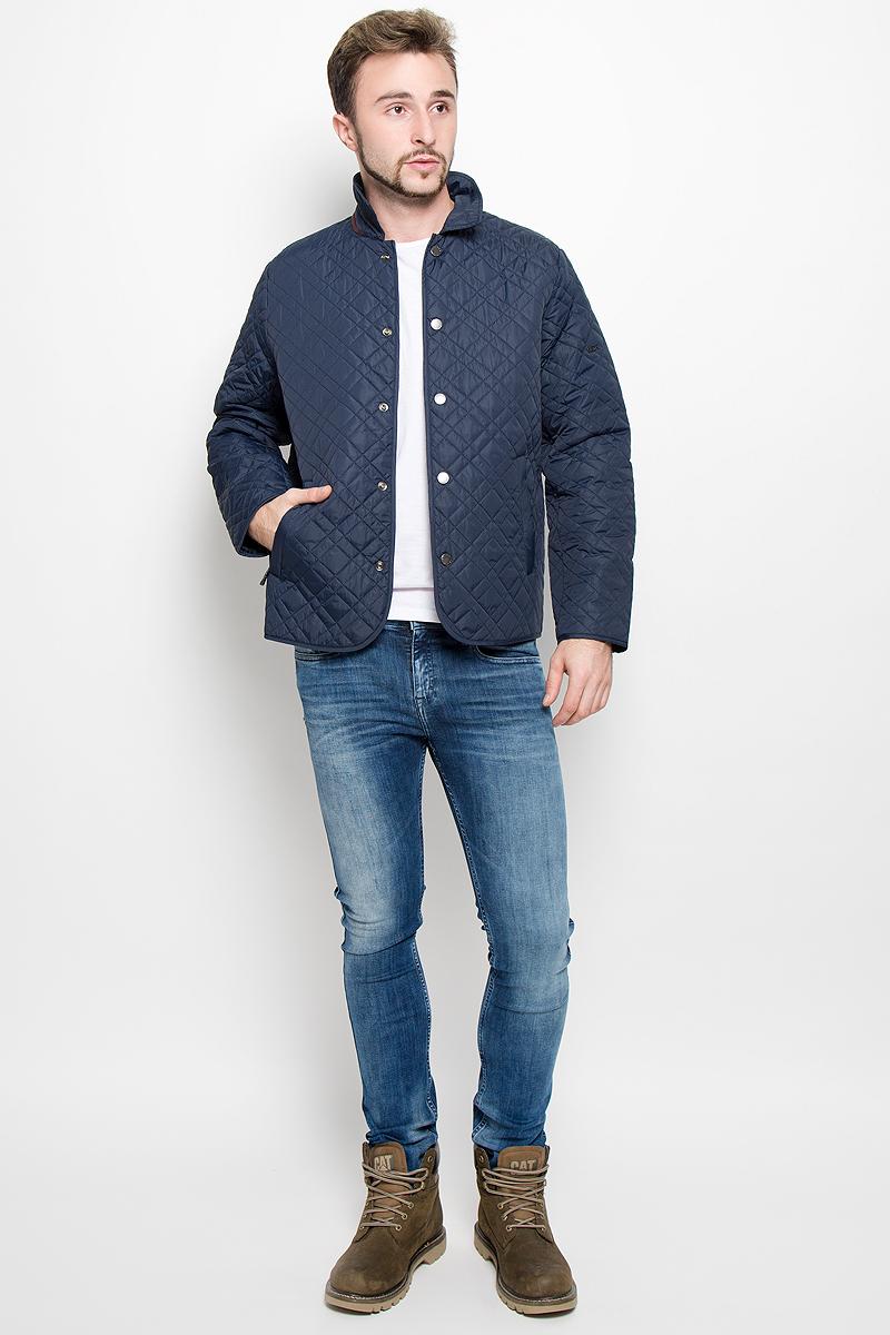 КурткаB536513_DEEP NAVYСтеганная мужская куртка Baon, выполненная из высококачественных материалов, обеспечит максимальный комфорт при различных погодных условиях. Изделие с отложным воротником и длинными рукавами застегивается на металлические кнопки по всей длине. Спереди модель дополнена двумя втачными карманами на застежке-молнии. На внутренней стороне модель дополнена двумя втачными карманами на молнии. На спинке в нижней части модель имеет небольшой разрез с застежками-кнопками. Локти куртки дополнены усиленной тканью.