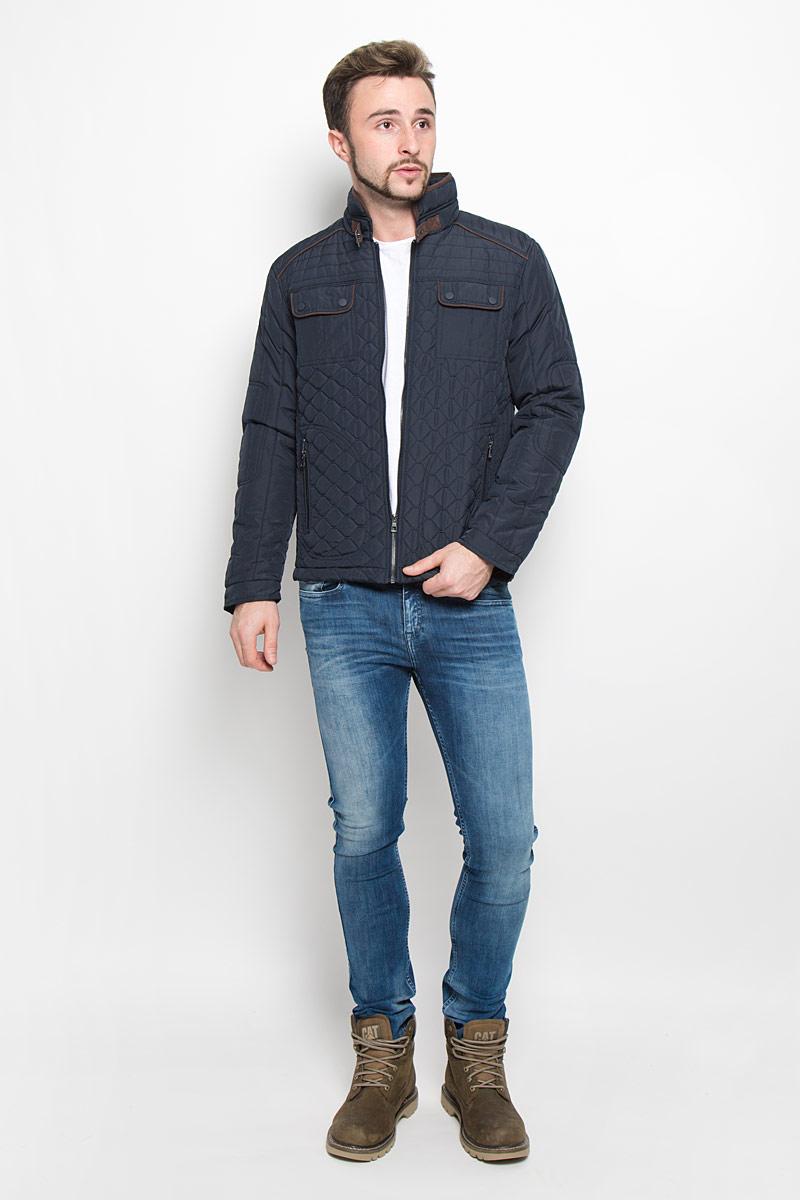 КурткаB536534_DEEP NAVYМодная мужская куртка Baon изготовлена из высококачественного полиэстера. В качестве утеплителя используется полиэстер. Куртка с воротником-стойкой застегивается на застежку-молнию. Воротник дополнен ремешком с металлической пряжкой. Спереди имеются два прорезных кармана с застежками-молниями, на груди - два накладных кармана с клапанами на кнопках, с внутренней стороны - прорезной открытый карман. Манжеты рукавов оснащены застежками-кнопками.