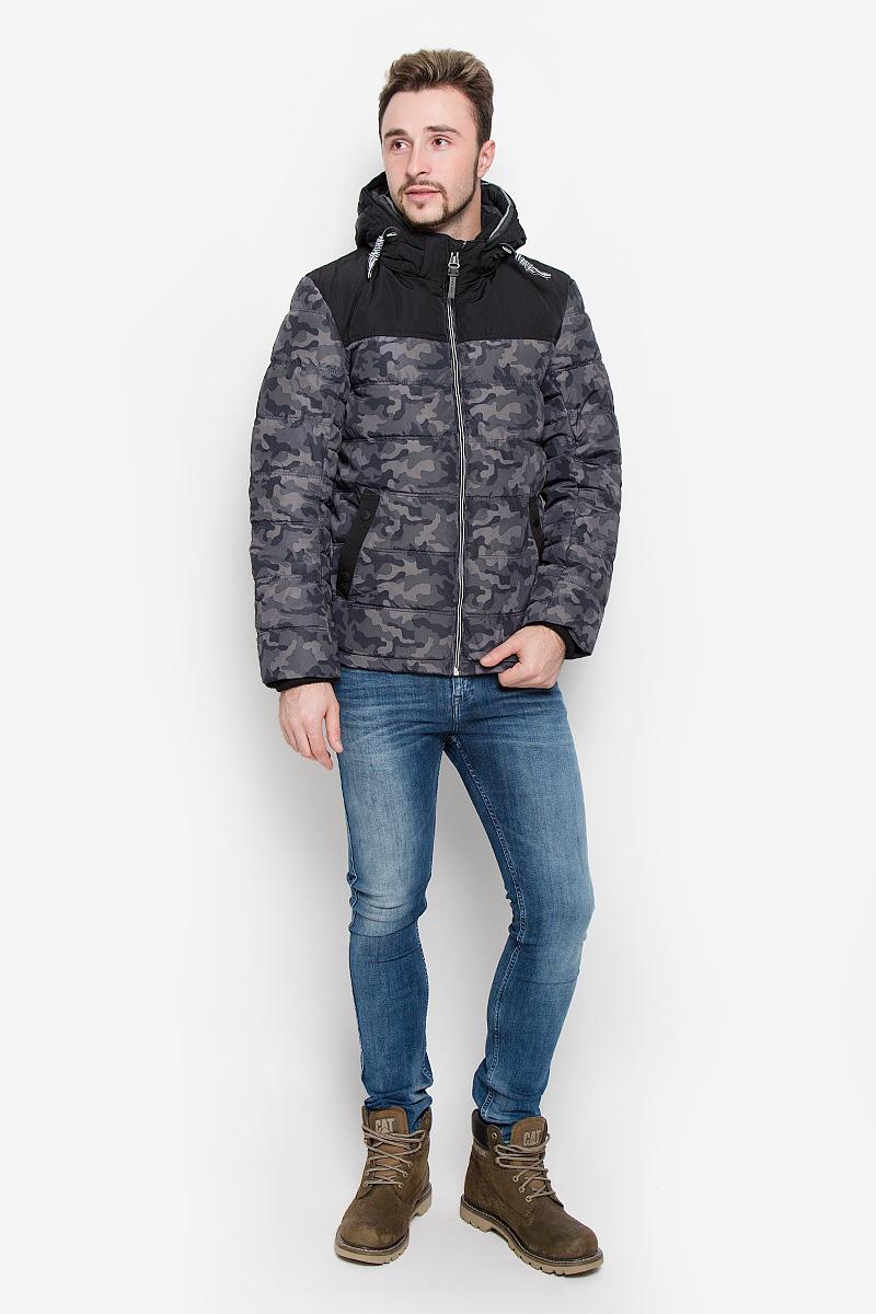 Куртка3532817.00.10_1000Мужская куртка Tom Tailor выполнена из полиэстера с подкладкой из синтепона. Модель с длинными рукавами, воротником-стойкой и съемным капюшоном на застежке-молнии застегивается на застежку-молнию спереди. Изделие дополнено двумя втачными карманами на кнопках спереди и внутренними накладным карманом на липучке. Рукава дополнены внутренними трикотажными манжетами. Объем капюшона регулируется при помощи шнурка-кулиски. Куртка оформлена камуфляжным принтом.