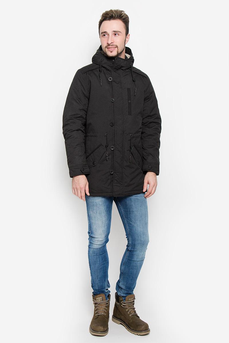 3532863.00.12_2999Мужская куртка Tom Tailor Denim выполнена из полиэстера с добавлением полиамида. Наполнитель - синтепон. Модель с длинными рукавами и несъемным капюшоном застегивается на застежку-молнию спереди и имеет ветрозащитный клапан на пуговицах. Изделие дополнено на груди втачным карманом на кнопке, двумя втачными карманами с клапанами на пуговицах спереди и внутренними втачным карманом на кнопке. Объем капюшона регулируется при помощи шнурка-кулиски. Капюшон украшен искусственным мехом. На талии также расположен шнурок-кулиска.