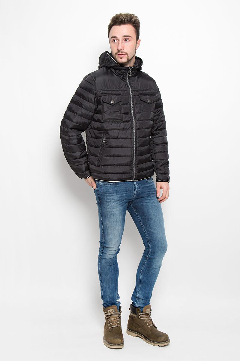 B536538_BLACKМужская куртка Baon с длинными рукавами, съемным капюшоном на застежке-молнии и воротником-стойкой выполнена из прочного полиэстера. Наполнитель - синтепон. Куртка застегивается на застежку-молнию спереди. Манжеты рукавов дополнены хлястиками на липучках. Изделие дополнено двумя втачными карманами на молниях и двумя накладными карманами с клапанами на кнопках спереди, а также двумя внутренними накладными карманами.