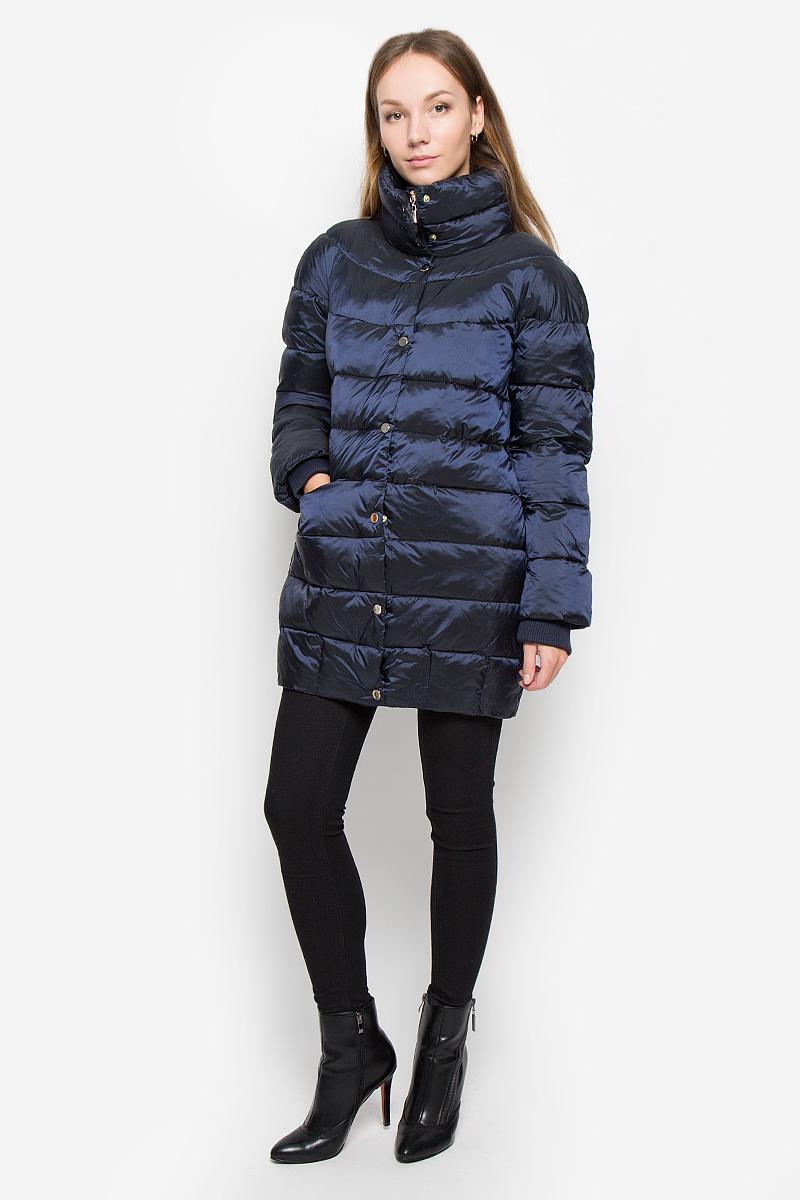 КурткаB036560_MerlotЖенская куртка Baon выполнена из водоотталкивающей и ветрозащитной ткани на гладкой подкладке. В качестве утеплителя используется полиэстер. Удлиненная модель с воротником-стойкой застегивается на пластиковую молнию с двумя ветрозащитными планками. Внешняя планка дополнена застежками-кнопками. На рукавах имеются трикотажные манжеты. Спереди расположены два прорезных кармана на молниях. Куртка украшена фирменной металлической пластиной.