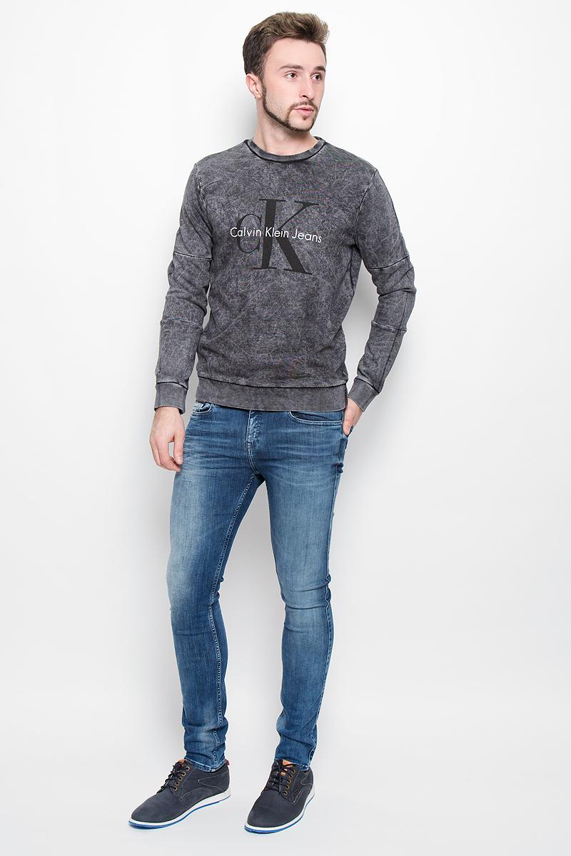 ТолстовкаL37385000Стильная мужская толстовка Calvin Klein Jeans, изготовлена из высококачественного натурального хлопка. Модель свободного кроя с круглым вырезом горловины и длинными рукавами оформлена принтом с надписями бренда. Манжеты рукавов, воротник и низ толстовки дополнены трикотажными резинками.