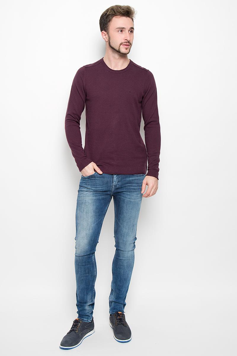 Джемпер919Мужской джемпер Calvin Klein Jeans, выполненный из высококачественной пряжи хлопка с добавлением кашемира, станет стильным дополнением к вашему образу. Джемпер с круглым вырезом горловины и длинными рукавами. Вырез горловины, манжеты и низ модели связаны резинкой с эффектом необработанного края. Оформлена модель в лаконичном однотонном стиле.