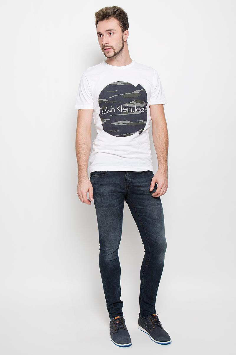 ФутболкаJ30J301455_915Стильная мужская футболка Calvin Klein Jeans, выполненная из натурального хлопка, обладает высокой теплопроводностью, воздухопроницаемостью и гигроскопичностью. Модель с короткими рукавами и круглым вырезом горловины - идеальный вариант для создания модного современного образа. Футболка оформлена крупным контрастным принтом с логотипом Calvin Klein.