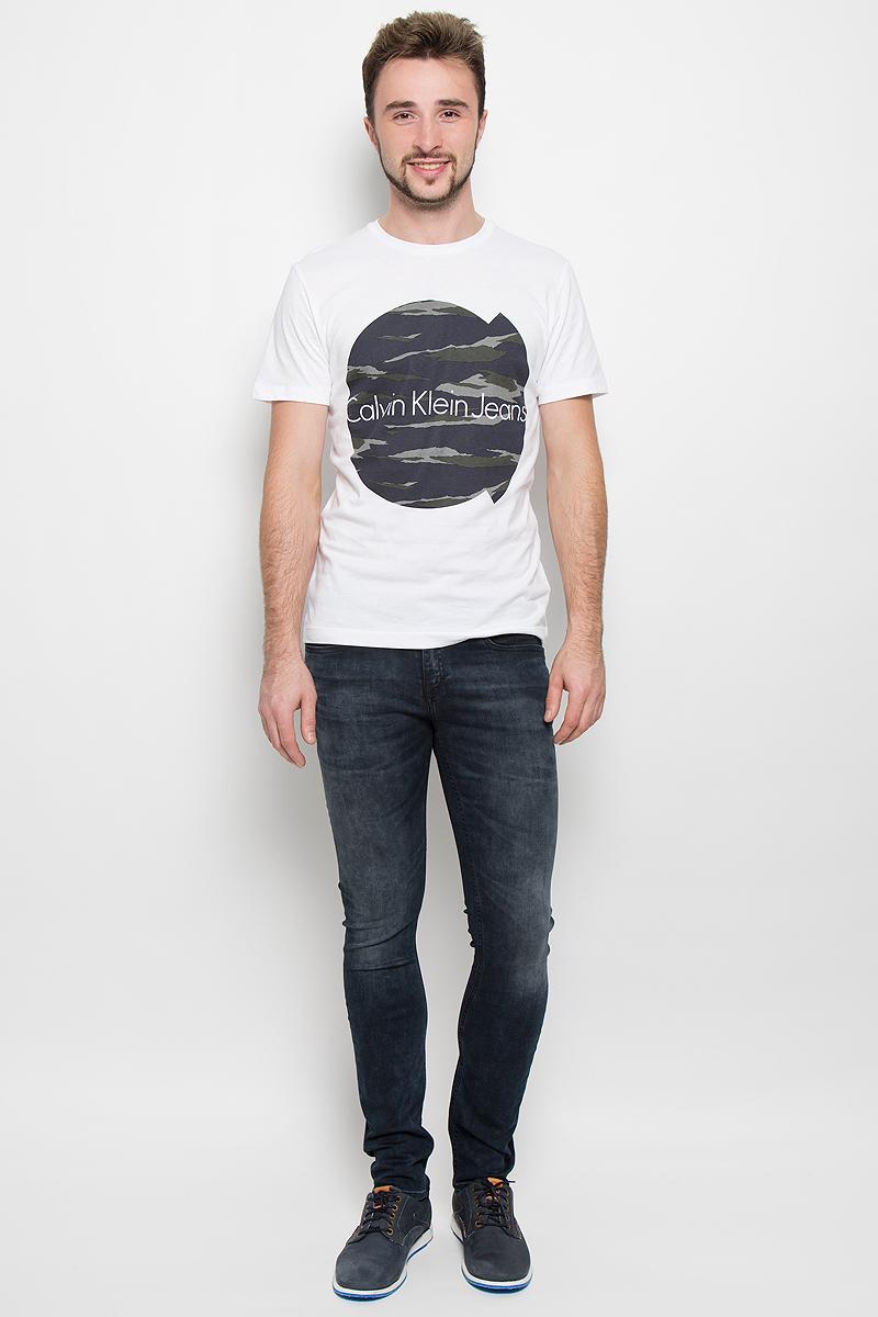 Джинсы№11Модные мужские джинсы Calvin Klein выполнены из высококачественного эластичного хлопка с добавлением эластана и полиэстера, что обеспечивает комфорт и удобство при носке. Джинсы модели-скинни имеют стандартную посадку и станут отличным дополнением к вашему современному образу. Модель застегивается на пуговицу в поясе и ширинку на застежке-молнии, дополнены шлевками для ремня. Джинсы имеют классический пятикарманный крой: спереди модель дополнена двумя втачными карманами и одним маленьким накладным кармашком, а сзади - двумя накладными карманами. Модель оформлена перманентными складками и эффектом потертости.