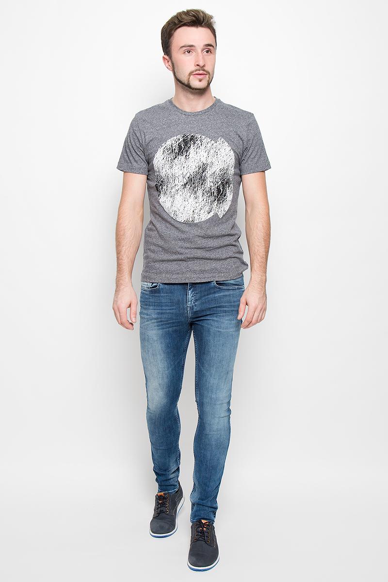 Футболка919Стильная мужская футболка Calvin Klein Jeans, выполненная из натурального хлопка, обладает высокой теплопроводностью, воздухопроницаемостью и гигроскопичностью. Модель с короткими рукавами и круглым вырезом горловины - идеальный вариант для создания модного современного образа. Футболка оформлена крупным контрастным принтом с логотипом Calvin Klein.