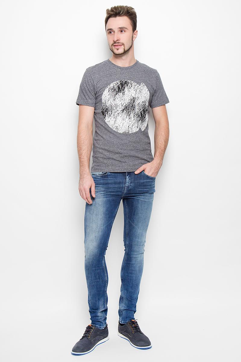 ДжинсыJ30J301455_915Модные мужские джинсы Calvin Klein выполнены из высококачественного эластичного хлопка с добавлением эластана и полиэстера, что обеспечивает комфорт и удобство при носке. Джинсы модели-скинни имеют стандартную посадку и станут отличным дополнением к вашему современному образу. Модель застегивается на пуговицу в поясе и ширинку на застежке-молнии, дополнены шлевками для ремня. Джинсы имеют классический пятикарманный крой: спереди модель дополнена двумя втачными карманами и одним маленьким накладным кармашком, а сзади - двумя накладными карманами. Модель оформлена перманентными складками и эффектом потертости.