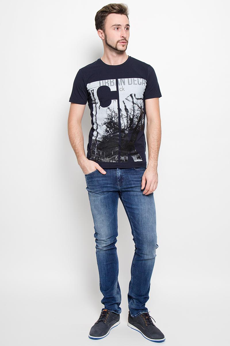 Футболка№11Мужская футболка Calvin Klein Jeans, выполненная из эластичного хлопка с добавлением эластана, идеально подойдет для повседневной носки. Футболка с круглым вырезом горловины и короткими рукавами имеет полуприлегающий силуэт. Спереди изделие украшено стильной надписью с названием бренда.