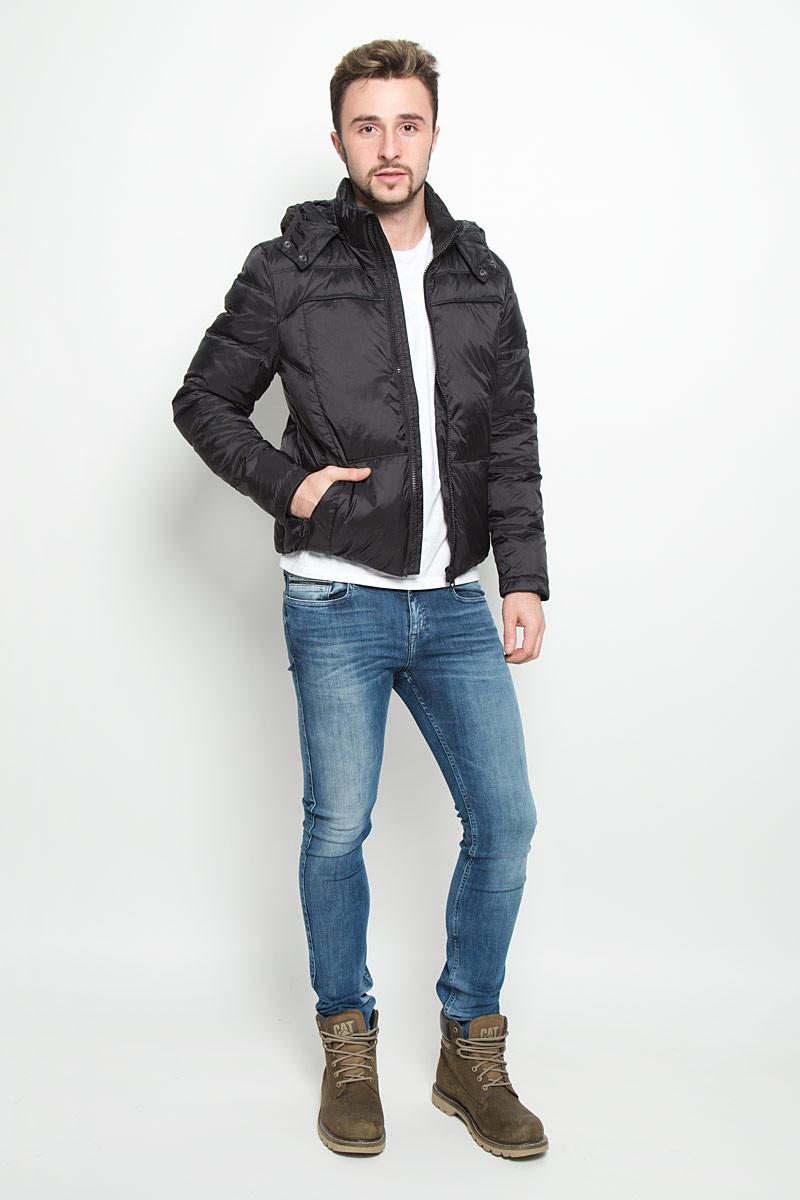 КурткаJ30J300562_402Стильная мужская куртка Calvin Klein Jeans изготовлена из высококачественного нейлона с подкладкой из полиэстера. В качестве наполнителя капюшона используется полиэстер, основной части куртки - пух с добавлением пера. Куртка с воротником-стойкой и съемным капюшоном застегивается на застежку-молнию. Капюшон пристегивается к куртке с помощью застежки-молнии. Спереди имеются два прорезных кармана, с внутренней стороны - прорезной карман. Спереди капюшон оформлен эластичной окантовкой и застегивается на металлические кнопки. Манжеты рукавов дополнены трикотажными напульсниками. Нижняя часть модели с внутренней стороны присборена на эластичные резинки.