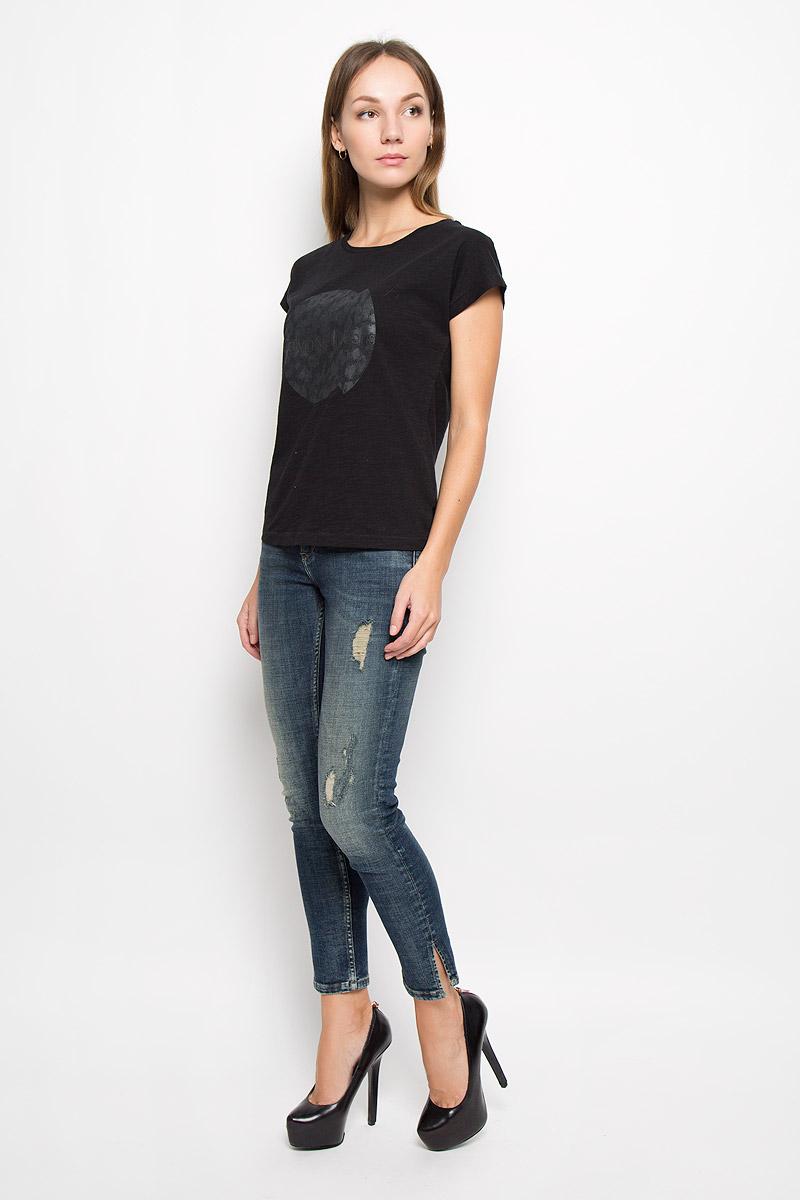 Джинсы364Женские джинсы Calvin Klein Jeans выполнены из эластичного хлопка. Укороченная модель-скинни застегивается спереди на пуговицу и имеет ширинку с застежкой-молнией. Спереди изделие дополнено двумя втачными карманами и одним маленьким накладным, сзади - двумя накладными карманами. Снизу брючин предусмотрены разрезы. Джинсы оформлены эффектом искусственно-состаренной ткани.