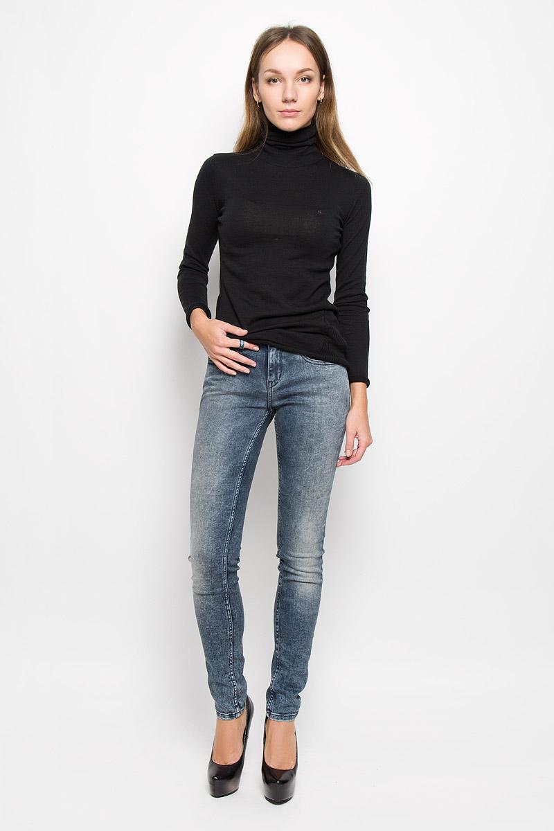 Джинсы710Женские джинсы Calvin Klein Jeans выполнены из эластичного хлопка. Модель-скинни застегивается спереди на пуговицу и имеет ширинку с застежкой-молнией. Спереди изделие дополнено двумя втачными карманами и одним маленьким накладным, сзади - двумя накладными карманами. Джинсы оформлены эффектом потертости.