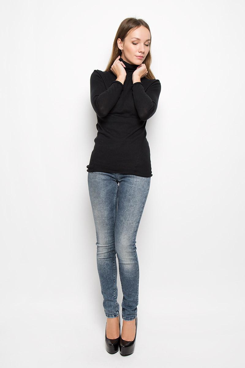 ВодолазкаJ20J200829_965Женская водолазка Calvin Klein Jeans выполнена из натурального хлопка. Водолазка с воротником-гольф и длинными рукавами украшена вышитым логотипом бренда и фирменной металлической пластиной. Рукава и низ изделия имеют закрученные края.