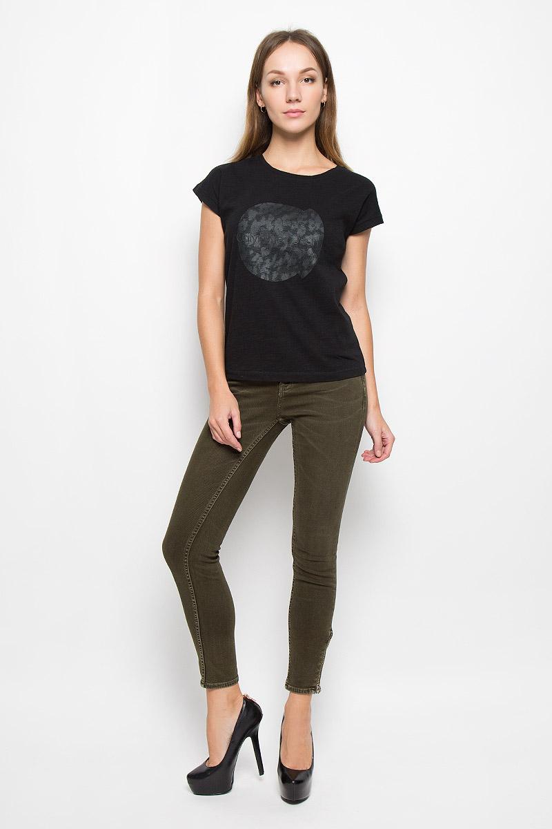 QF1567E_100Женские джинсы Calvin Klein Jeans выполнены из эластичного хлопка. Укороченная модель-скинни застегивается на пуговицу и имеет ширинку на молнии. Предусмотрены шлевки для ремня. Спереди расположены два втачных кармана и один маленький накладной, сзади - два накладных кармана. На брючинах снизу предусмотрены застежки-молнии.