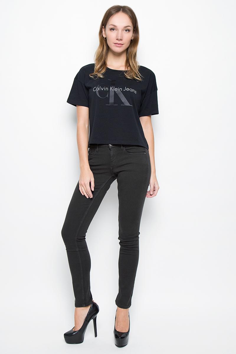 J20J200630_965Женские брюки Calvin Klein Jeans выполнены из плотного эластичного материала. Модель-скинни застегивается спереди на пуговицу и имеет ширинку с застежкой-молнией. Предусмотрены шлевки для ремня. Спереди изделие дополнено двумя втачными карманами и одним маленьким накладным, сзади - двумя накладными карманами.