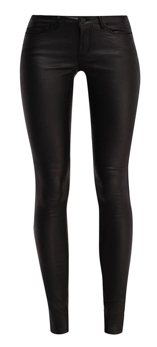 10160750_BlackСтильные женские брюки Vero Moda Noisy May Eve изготовлены из вискозы с добавлением нейлона и эластана. Модель заниженной посадки и зауженного кроя с ширинкой и с пуговицей в поясе. Брюки дополнены двумя втачными карманами и скрытым кармашком спереди и двумя накладными карманами сзади. На поясе имеются шлевки для ремня.