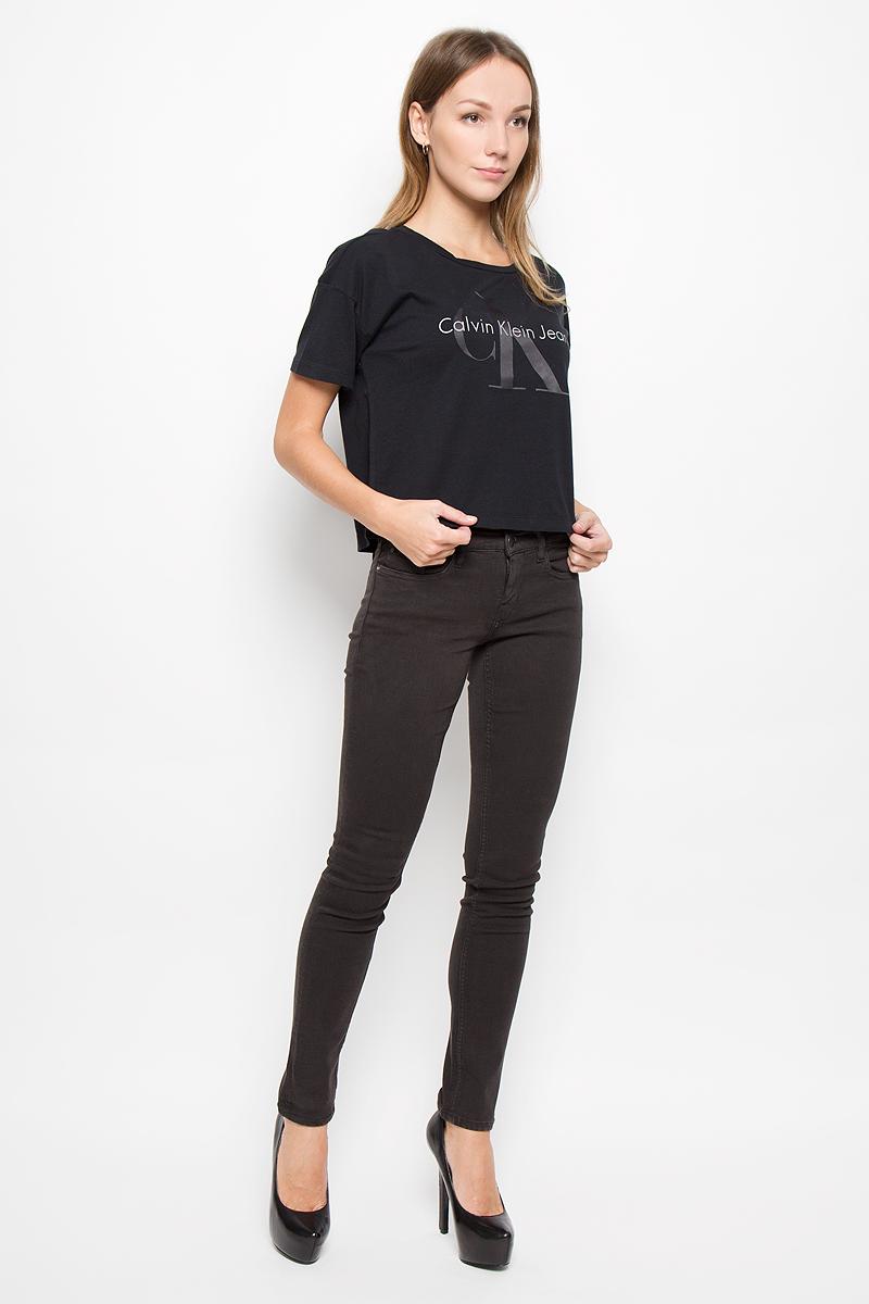 J20J200793_099Женская футболка Calvin Klein Jeans выполнена из натурального хлопка. Укороченная модель с круглым вырезом горловины и короткими рукавами оформлена логотипом бренда.