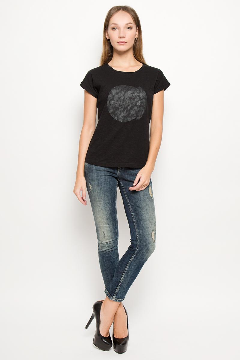JR-114/425-6485Женская футболка Calvin Klein Jeans изготовлена из натурального хлопка. Футболка с круглым вырезом горловины и короткими рукавами оформлена термоаппликацией с надписью. Спинка модели удлинена.