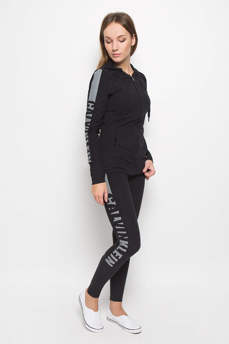 ЛеггинсыQS5548E_001Удобные женские леггинсы Calvin Klein Underwear изготовлены из высококачественного эластичного хлопка. Обтягивающие леггинсы дополнены эластичной резинкой на талии. Одна из штанин оформлена принтом с названием бренда.