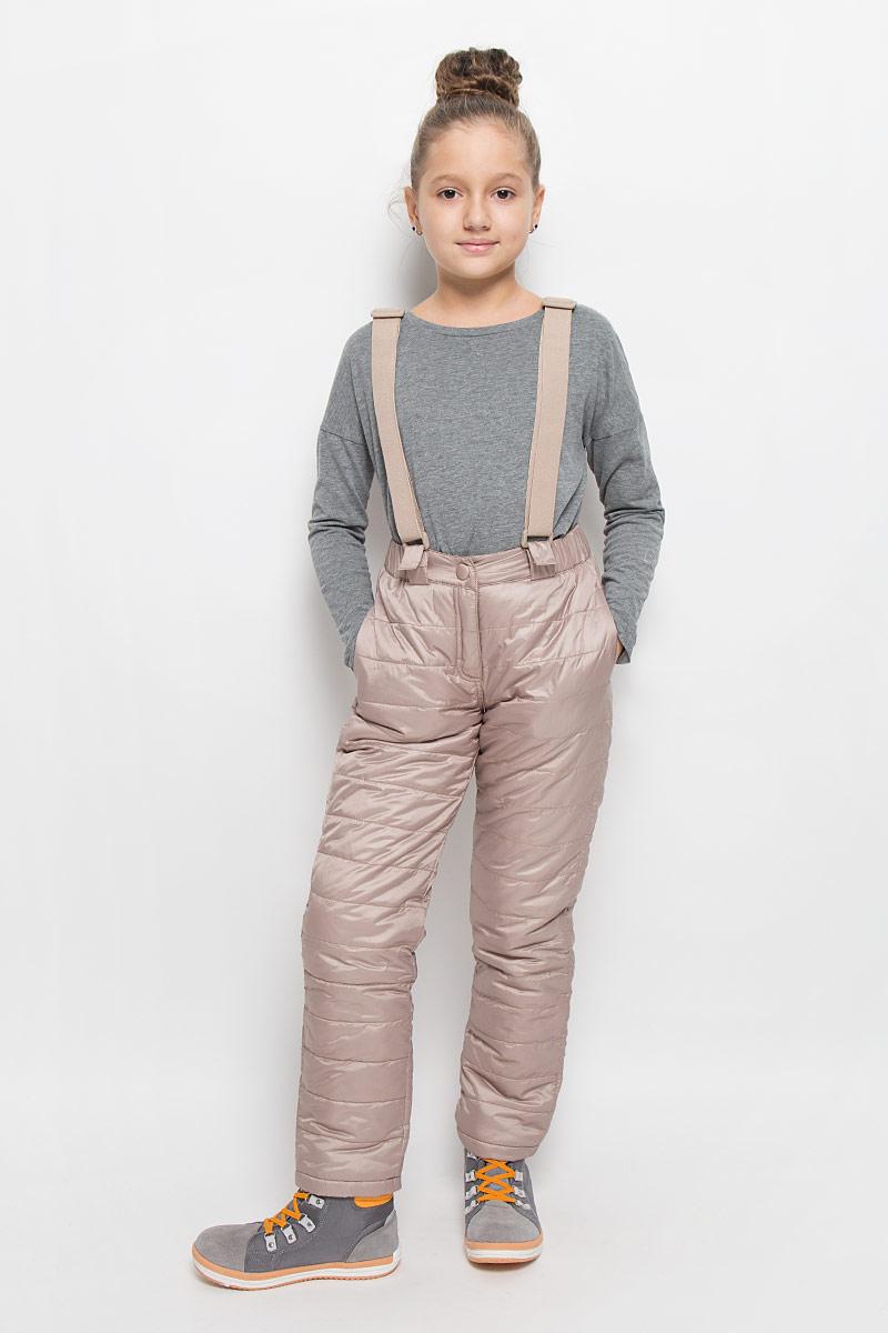 Брюки утепленные216BBGC64021200Утепленные брюки для девочки Button Blue выполнены из полиэстера. В качестве утеплителя используется 100% полиэстер. Брюки застегиваются спереди на крючок и имеют ширинку на застежке-молнии. В поясе изделие дополнено шлевками для ремня. Модель оснащена широкими эластичными лямками, которые фиксируются на брюках с помощью застежек-липучек. Лямки регулируются по длине. Спереди расположены два прорезных кармана. Лаконичный крой, прямой силуэт, динамичная горизонтальная строчка, оптимальная набивка обеспечат ребенку тепло, комфорт и свободу движений.
