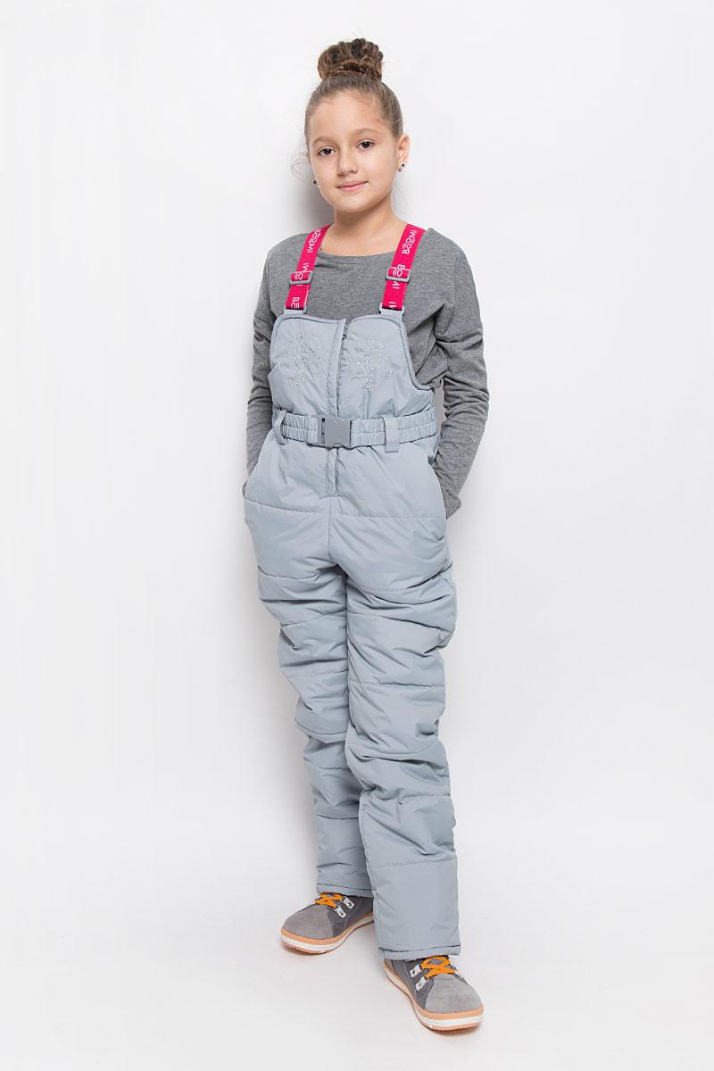 64356_BOG_вар.1Утепленный полукомбинезон для девочки Boom! идеально подойдет для ребенка в холодное время года. Полукомбинезон изготовлен из водоотталкивающей ткани, в качестве утеплителя полиэстер. Подкладка выполнена из полиэстера с добавлением вискозы. Полукомбинезон с небольшой грудкой застегивается на пластиковую застежку-молнию с металлическим бегунком и имеет эластичные наплечные лямки, регулируемые по длине. Лямки крепятся при помощи липучек. Грудка полукомбинезона оформлена интересной вышивкой. Спереди изделие дополнено двумя прорезными карманами с клапаном на кнопке. На талии расположены шлевки для ремня. В комплект входит эластичный поясок. Снизу брючины дополнены внутренними манжетами с прорезиненными полосками, препятствующими попадаю снега в обувь и не дающими брючинам ползти вверх, а также предусмотрены отвороты, чтобы модель могла расти вместе с ребенком. Комфортный, удобный и практичный этот полукомбинезон идеально подойдет для прогулок и игр на...