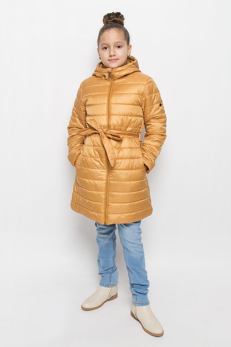216BBGC45010100Легкое стеганое пальто для девочки Button Blue выполнено из полиэстера на комбинированной подкладке из хлопка и полиэстера. В качестве утеплителя используется полиэстер. Модель с несъемным капюшоном застегивается на молнию с защитой подбородка и внутренней ветрозащитной планкой. Капюшон снабжен по краю эластичным шнурком со стопперами. Пальто имеет приталенный силуэт, дополнительно подчеркнутый поясом на шлевках. Изделие дополнено двумя прорезными карманами. Украшено пальто фирменной пластиной.
